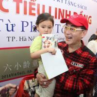 Fan nhí Hà Nội vây quanh Lục Tiểu Linh Đồng
