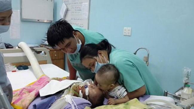 Bức ảnh mang tên Nụ hôn vĩnh biệt được bác sĩ Trương Quang Định - Phó Giám đốc bệnh viện Nhi đồng chụp vào ngày 29 Tết khiến người xem rơi lệ. Nhân vật trong bức ảnh là bé Phi Phụng nằm trên giường bệnh, cơ thể tím tái. Trong giây phút mong manh giữa sự sống và cái chết của người em trai song sinh, bé Phi Long được các bác sĩ, y tá bế đến hôn lên trán Phi Phụng như một lời vĩnh biệt gửi đến người em kém may mắn của mình.