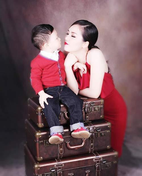 thuy van hanh phuc ben con trai dang yeu - 1