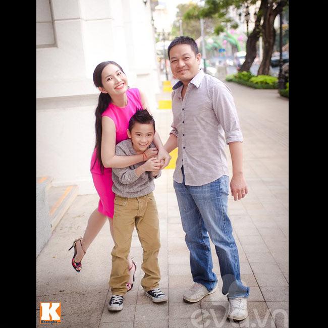 Bận rộn với những bộ phim truyền hình cùng công việc kinh doanh, Kim Hiền đã có một năm thành công. Sau cuộc hôn nhân tan vỡ, giờ đây cô đã có hạnh phúc mới và ngày càng tươi trẻ hơn. Con trai của cô với chồng cũ, cậu bé Sonic ngày càng đẹp trai, khôi ngô. Sonic cũng sắp có cho mình một người cha mới khi gần đây, nữ DV hạnh phúc thông báo trên trang cá nhân con trai cô đã gọi chồng sắp cưới của mẹ là ba.