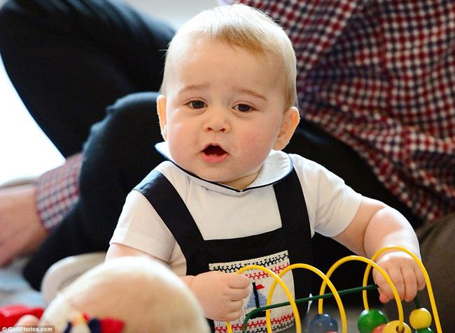Ngay từ khi mới chào đời vào năm 2013, Hoàng tử bé George xứ Cambridge đã trở thành tâm điểm chú ý của cả thế giới. Mới đây, những hình ảnh đáng yêu của nhóc tỳ nổi tiếng cả thế giới này vừa được đăng tải trên mặt báo khi cậu bé cùng bố mẹ Công nương và Hoàng tử Anh xuất ngoại sang New Zealand, Úc.