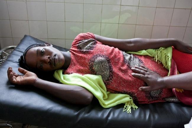 Bộ ảnh được thực hiện bởi nhiếp ảnh gia Paul Bolu Nuo ghi lại cảnh các mẹ bầu nằm dưỡng thai và sinh nở tại một bệnh viện ở châu Phi trong điều kiện vô cùng khó khăn.
