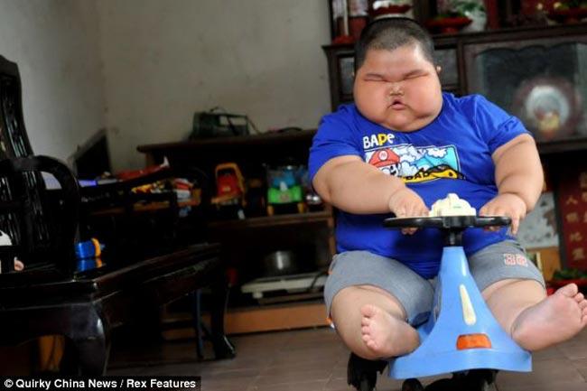 Cậu bé Luhao người Trung Quốc đã trở nên nổi tiếng khắp thế giới nhờ cân nặng kỷ lục và những bức hình vô cùng độc đáo, gây choáng váng.Với cân nặng gần 60 kg, cậu bé 3 tuổi Lu Hao đã lớn gấp 5 lần những đứa trẻ cùng trang lứa.