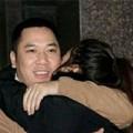 Làng sao - Triệu Vy ôm chồng đầy tình cảm sau bữa tiệc