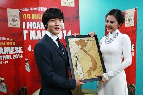 Vân Trang tươi tắn sánh vai Yeo Jin Goo-2