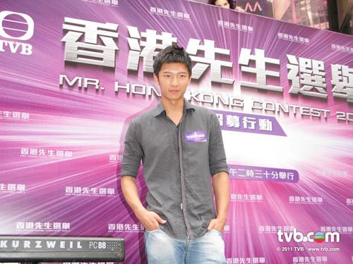 nam vuong hongkong rua xe ngoai duong - 4