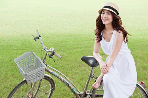 Hà Tăng ngồi xe đạp, mặc đẹp như Aundrey Hepburn-9