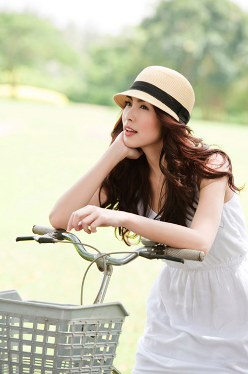 Hà Tăng ngồi xe đạp, mặc đẹp như Aundrey Hepburn-10