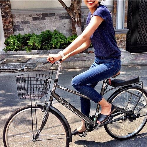 Hà Tăng ngồi xe đạp, mặc đẹp như Aundrey Hepburn-1
