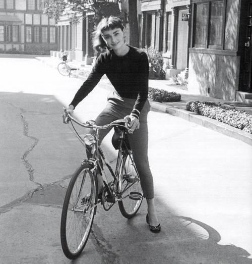 Hà Tăng ngồi xe đạp, mặc đẹp như Aundrey Hepburn-2