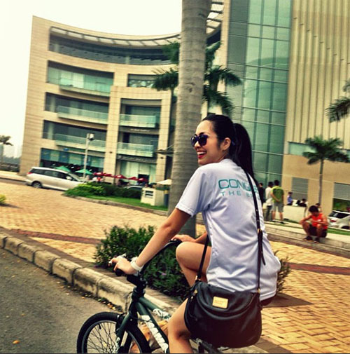 Hà Tăng ngồi xe đạp, mặc đẹp như Aundrey Hepburn-6