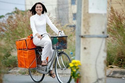 Hà Tăng ngồi xe đạp, mặc đẹp như Aundrey Hepburn-8