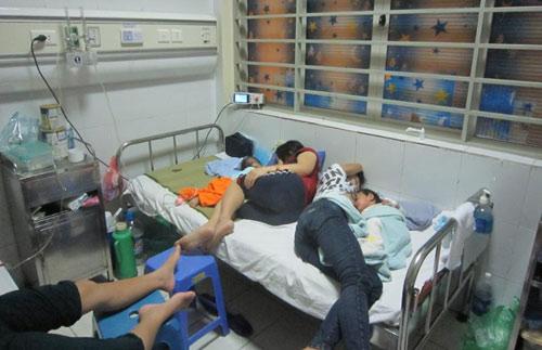Vật vờ ngày đêm bên phòng cấp cứu bệnh nhi sởi - 4