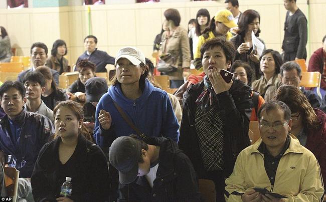 Sáng qua, một vụ chìm phà kinh hoàng đã xảy ra tại Hàn Quốc. Khi gặp nạn, chiếc phà mang theo 474 người gồm hành khách và thủy thủ đoàn. Các học sinh và giáo viên này đang trong chuyến đi du lịch thực tế từ cảng Incheon đến đảo Jeju, phía Tây Nam Hàn Quốc.