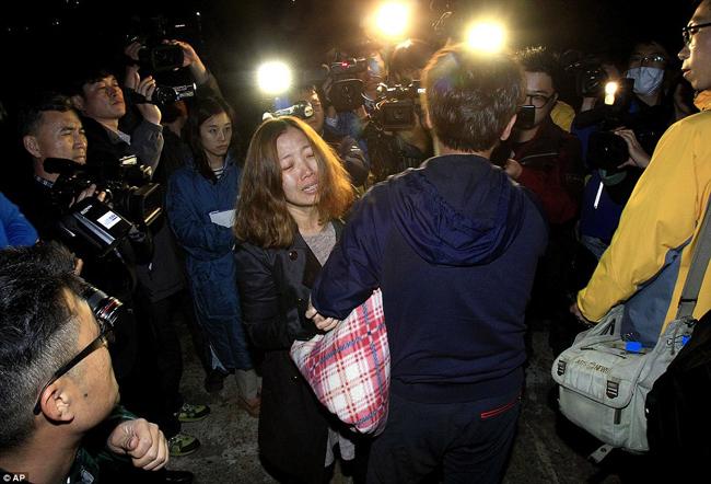 Chùm ảnh: Mẹ thất thần ngóng con trong vụ chìm phà