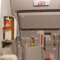 Tin tức - Khách lại mở cửa thoát hiểm máy bay Vietnam Airlies