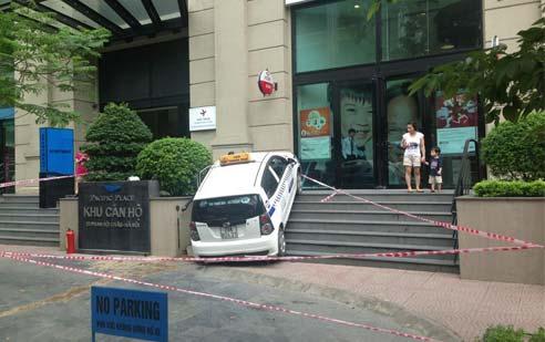 Taxi lao lên 7 bậc cầu thang tòa nhà Pacific-1