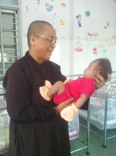 Phát hiện bé sơ sinh bị bỏ rơi trước cổng chùa-1