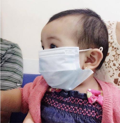 Jennifer Phạm đưa con gái đi tiêm phòng sởi-1
