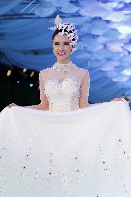 angela phuong trinh rang ro dien vay cuoi 200 trieu - 10