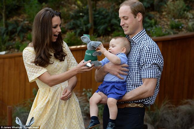 Hoàng tử nhí nhăn nhó trên tay mẹ