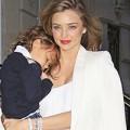 Làng sao - Nhóc Flynn ngủ ngon lành trên vai mẹ