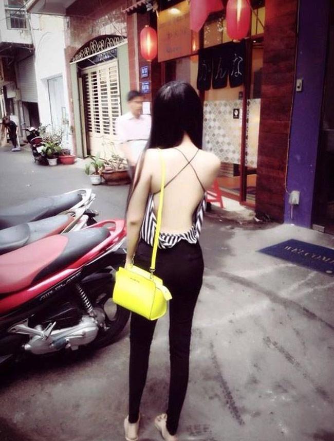 Mùa hè đến nhưng chiếc áo khoe lưng trần lại được dịp lên ngôi. Các thiếu nữ Việt ngày nay cũng rất táo bạo lựa chọn trang phục với khoảng hở thoáng mát nhất.