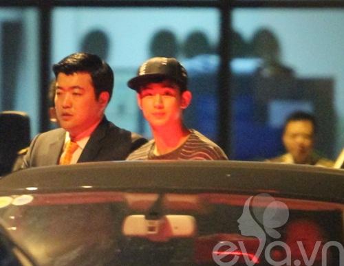 hot: kim soo hyun gian di tai san bay tan son nhat - 13