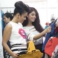 Làng sao - Phương Vy sành điệu đi mua sắm với các hot girl