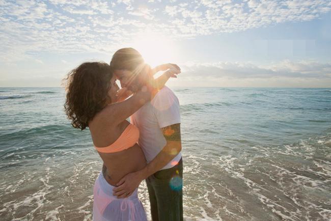 Trước ngày dự sinh khoảng 1 tháng, vợ chồng Scott và Olivia đã tổ chức một chuyến đi chơi biển vô cùng ý nghĩa. Họ còn thuê cả nhiếp ảnh gia để ghi lại những hình ảnh bầu bí đáng nhớ này.