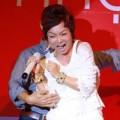 Làng sao - Thái Thùy Linh bị fan hâm mộ ôm eo