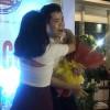 Đinh Mạnh Ninh bối rối khi bị fan nữ ôm hôn