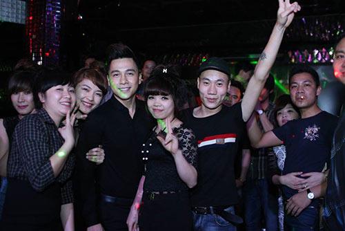 fan nu lao len san khau chup anh cung the men - 8