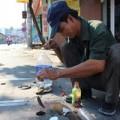 Tin tức - Câu cá ngay trên nắp cống giữa phố Sài Gòn