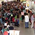 Tin tức - TP.HCM: Nghẹt thở chen lấn mua vé về quê