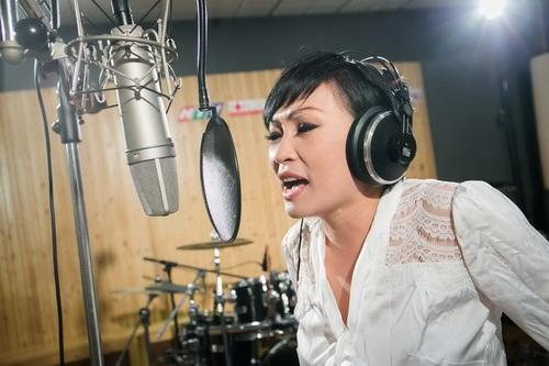 phuong vy lan dau mang bo len san khau - 1