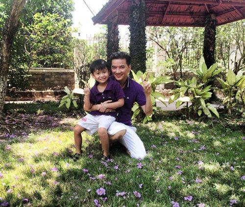 mr dam hanh phuc ben con trai nuoi di choi le - 2