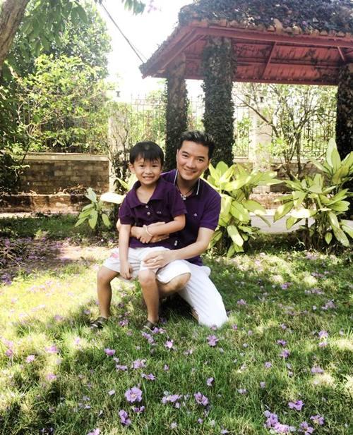 mr dam hanh phuc ben con trai nuoi di choi le - 3