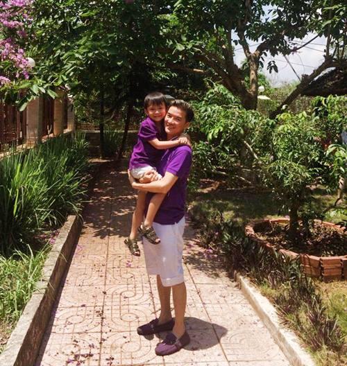 mr dam hanh phuc ben con trai nuoi di choi le - 4