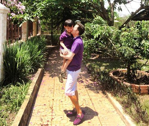mr dam hanh phuc ben con trai nuoi di choi le - 5