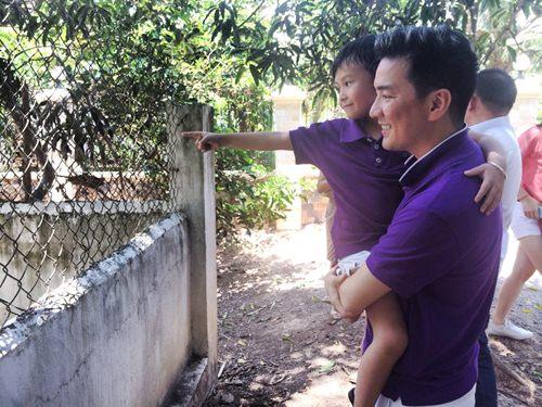 mr dam hanh phuc ben con trai nuoi di choi le - 8