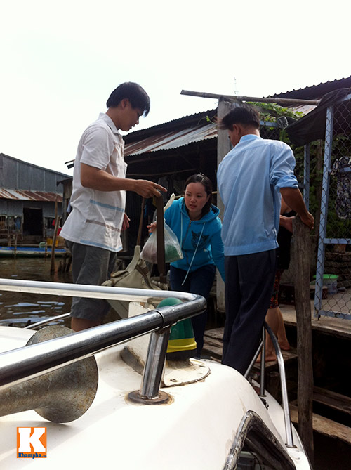 giat minh canh 'xe nuoc' nhoi nhet khach tren song - 8