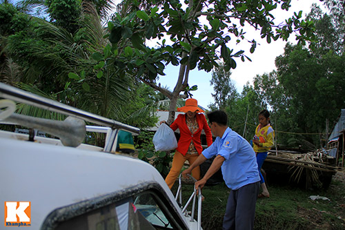 giat minh canh 'xe nuoc' nhoi nhet khach tren song - 3