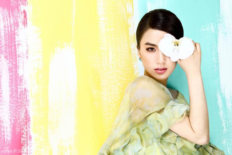 Sau một thời gian vắng bóng, Huỳnh Thánh Y khiến khán giả ngỡ ngàng khi cô trở lại với nét duyên dáng, trẻ trung như thời mới gia nhập làng giải trí.