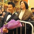 Làng sao - Huỳnh Hiểu Minh tươi rói bên fan lớn tuổi