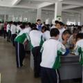 Làm mẹ - Bắt học sinh đứng để ăn cho nhanh