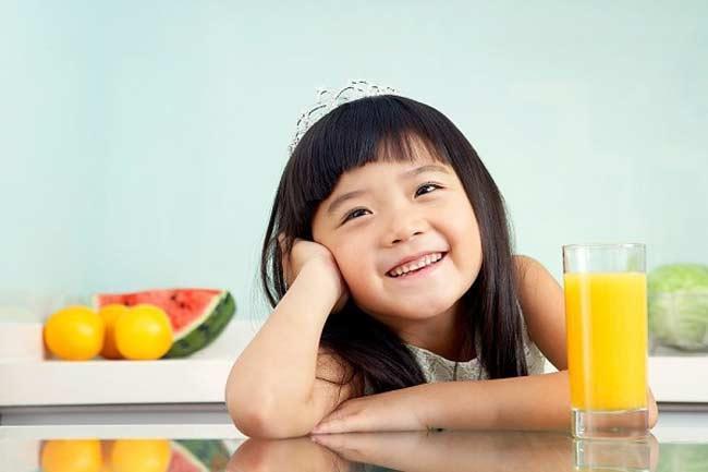 """Lựa chọn thực phẩm cho trẻ ăn dặm vốn đã lắm mối lo, từ chuyện chọn đúng món ăn phù hợp với con, hàm lượng dinh dưỡng thế nào cho đến tiêu chí tránh dị ứng, tránh hóc nghẹn…Vậy nhưng, các bà mẹ hiện đại ngày nay còn phải """"đau đầu"""" hơn với vấn đề vệ sinh an toàn thực phẩm. Đồ ăn có chứa hóa chất, thuốc trừ sâu, thuốc bảo quản vốn đã rất độc hại cho người lớn, nếu để trẻ sơ sinh – những em bé với hệ tiêu hóa còn quá non nớt ăn phải, hậu quả sẽ vô cùng khó lường. Có những loại rau củ, trái cây rất có lợi cho sức khỏe, tuy nhiên, chúng cũng lại là loại dễ ngấm hóa chất độc hại nhất như thuốc trừ sâu, thuốc bảo vệ thực phẩm, thuốc kích phọt, thuốc tăng trọng…nhất. Nếu muốn cho con ăn những món này, mẹ nên chọn đúng loại SẠCH để bảo vệ sức khỏe con yêu."""