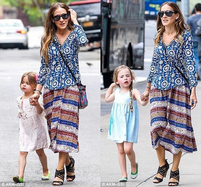 Sarah Jessica Parker vừa đưa cặp song sinh nổi tiếng Tabitha và Marion xuống phố New York dạo chơi. Cả ba mẹ con nổi tiếng diện trang phục mùa hè mát mẻ nắm tay nhau tung tăng trên đường.