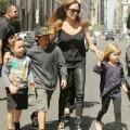 Làng sao - Angelina Jolie vất vả trông chừng các con