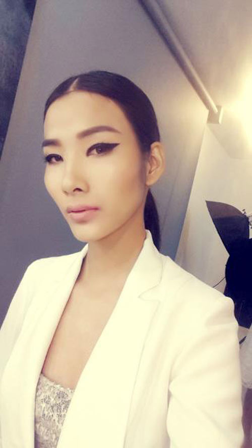 hoang thuy gay choang vi 'khoe' nguc phang li - 4